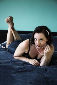 Versuchung Lydia in Pin-Up Pose, zeigt ihre Füße in Strümpfen