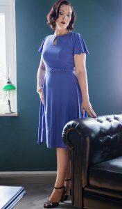 Versuchung Lydia im eleganten, blauen Kleid im Stil der Vierziger Jahre