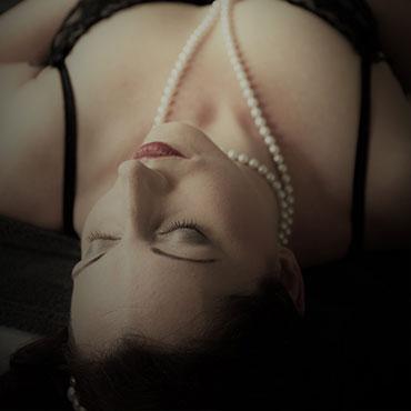 Lydia mit geschlossenen Augen und Perlenkette