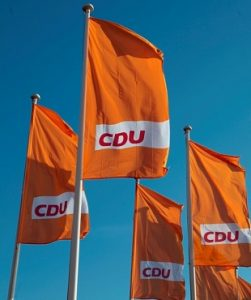 Flaggen der CDU vor blauem Himmel