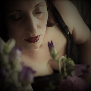 Lydia genießt die Zartheit und den Duft eines Blumenstraußes