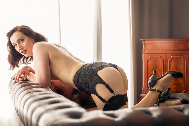 Versuchung Lydia zeigt ihren sexy Po in Strapsen und Spitzen-Panty