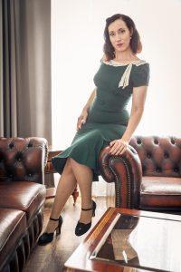 Versuchung Lydia schick im grünen Vintage-Kleid