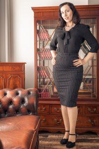 Hetaere-Versuchung Lydia im sexy secretary look mit schicker Bluse und Bleistiftrock