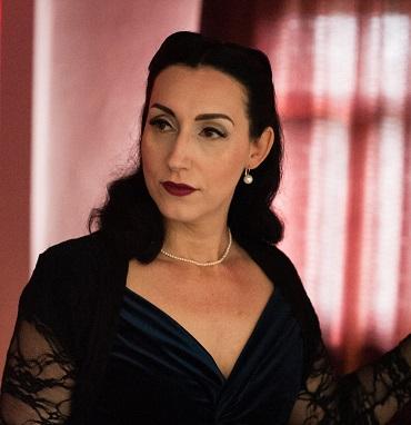 Portrait von Lydia im dunkelblauen Cocktailkleid