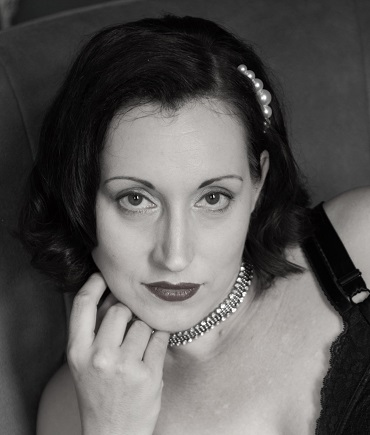 schwarz-weiß Portrait von Lydia mit dunklem Lippenstift und Perlen im Haar